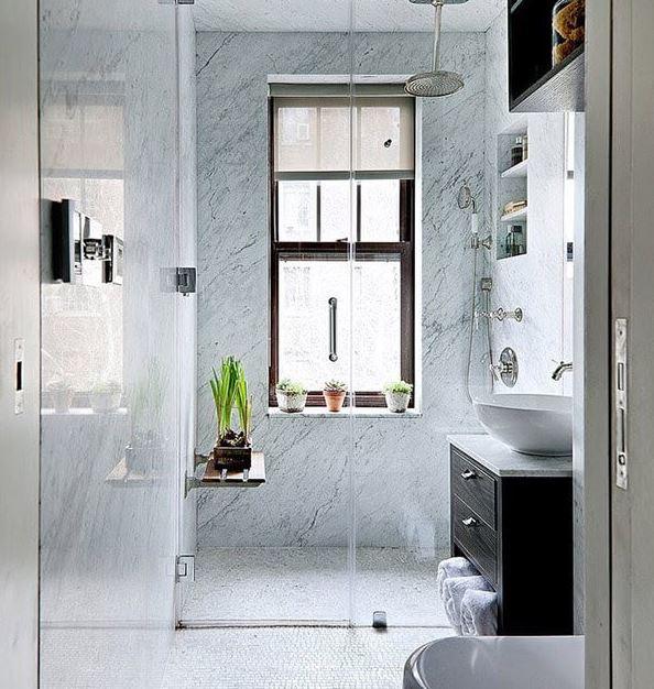Sử dụng kính làm vách ngăn là cách thiết kế phòng tắm nhỏ thông minh